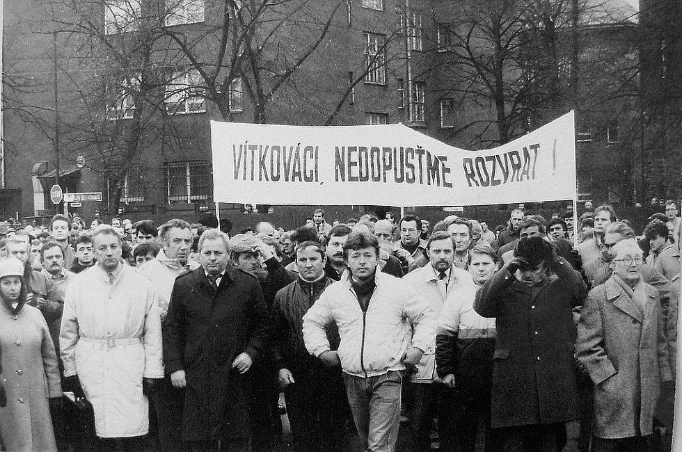 Komunisté svolali na ostravské náměstí protidemonstraci, které se zúčastnilo osm tisíc osob. Byli mezi nimi i komunisté a milicionáři z Vítkovic. Ve chvíli, kdy skandováním uráželi Václava Havla, Federální shromáždění zrušilo vedoucí úlohu KSČ.