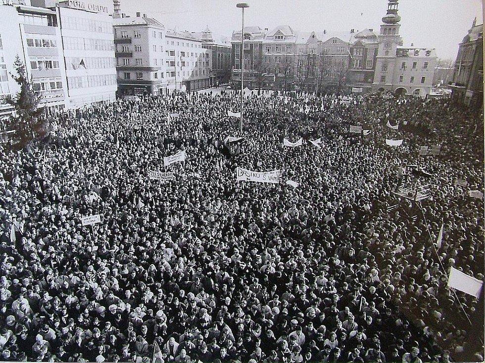 Generální stávka byla naplánována na 27. listopadu. Na náměstí se sešlo dvacet tisíc osob, tedy víc než při vzniku Československa v roce 1918.
