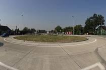 Kruhový objezd je první částí stavby, samotné napojení na dálnici už probíhá a dokončeno bude v příštím roce.