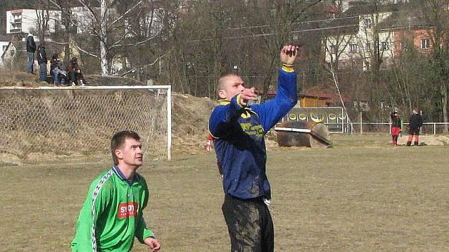 Zkušený petřkovický záložník David Levčík (vlevo) věří, že se jeho tým posune v tabulce krajského přeboru až někam ke čtvrtému pátému místu.