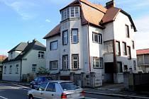 Dům zesnulého olašského krále Jana Lipy v Ostravě-Vítkovicích. Před začátkem pohřbu se zde setkají jeho příbuzní.