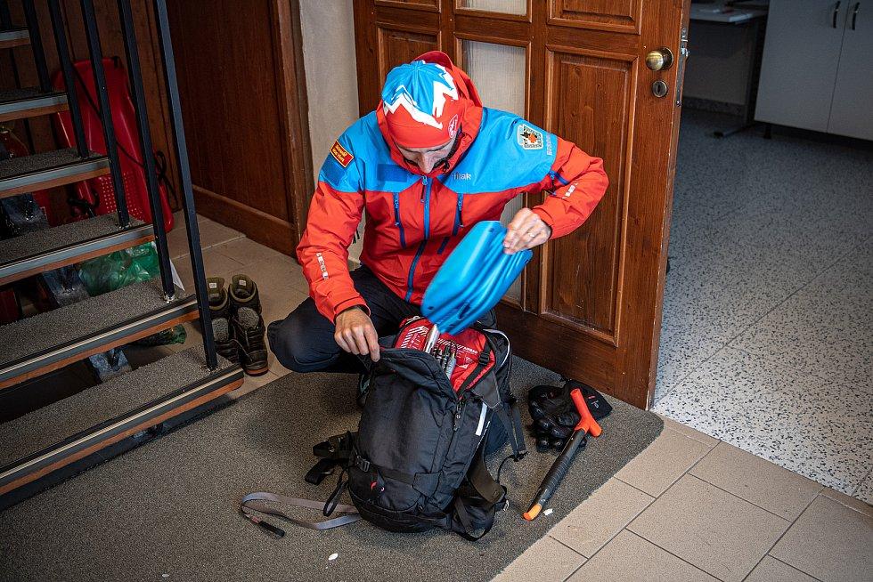 Dobrovolník horské služby Michal Vávra ukazuje lavinový batoh Mammut, 30. ledna 2021 na Pradědu.