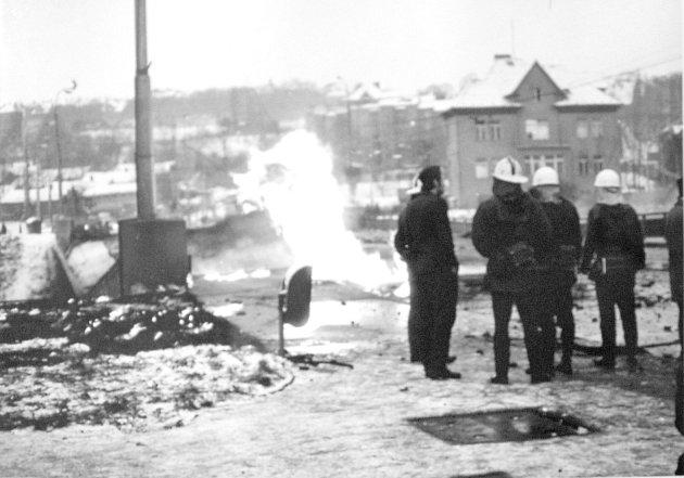 Amatérský snímek zachycuje hasiče na zříceném mostě, kdy ještě všude kolem šlehaly plameny.
