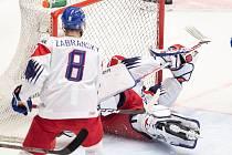 Mistrovství světa hokejistů do 20 let, skupina B: Kanada - ČR, 31. prosince 2019 v Ostravě. Na snímku (zleva) Libor Zabransky a brankář Česka Lukas Parik.