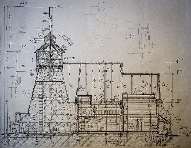 Tesaři pracují vHošťálkové na Vsetínsku na dřevěné konstrukci kostela, který vyhořel vTřinci-Gutech.