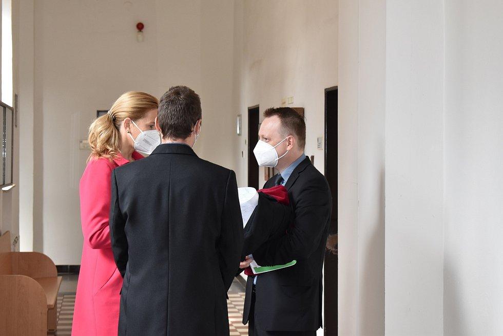 Obžalovaný (zády), jeho obhájkyně a státní zástupce Michal Król uzavřeli dohodu o vině a trestu.