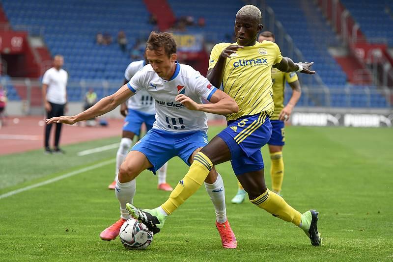 Utkání 2. kola první fotbalové ligy: Baník Ostrava - Fastav Zlín, 1. srpna 2021 v Ostravě. (zleva) Daniel Tetour z Ostravy a Cheick Oumar Conde ze Zlína.