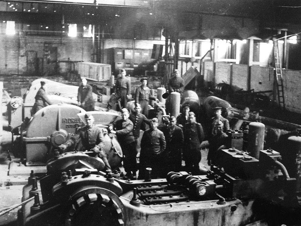 Vzácná fotografie trofejního oddílu sovětské armády pořízená v červnu roku 1945 uprostřed jedné ze strojírenských dílen kunčického Jižního závodu Vítkovických železáren.