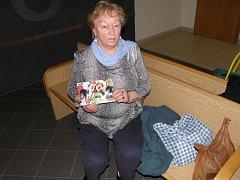 Vzpomínka. Anna Červenková přišla k jednomu ze soudních jednání s fotografiemi svých psích miláčků.