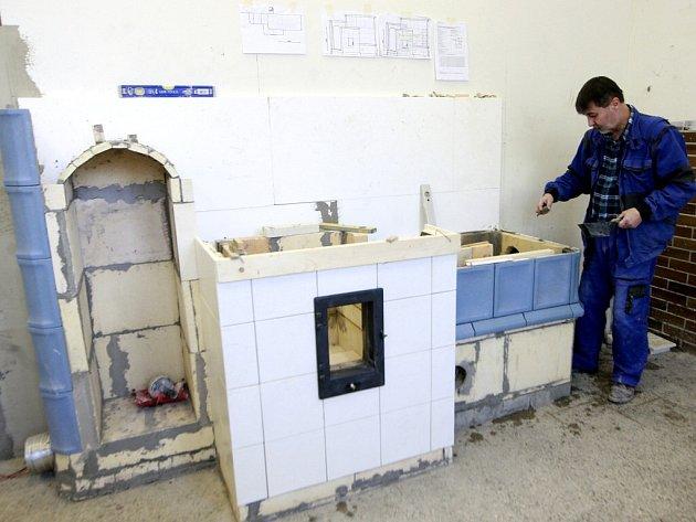 Dvoje kachlová kamna postavili v rámci závěrečné zkoušky účastníci rekvalifikačního kurzu oboru kamnář.