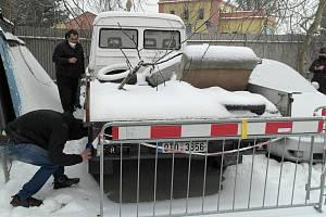 Historicky  první dražba autovraků v Bohumíně dopadla nad očekávání, do půlhodiny bylo hotovo, přítomní se i docela bavili. Bohumín, únor 2021.