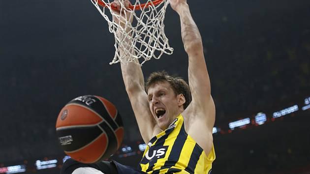 Basketbalista Fenerbahce Jan Veselý dává koš.
