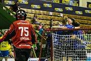 Florbalistky Ostravy (ve žlutém) porazily v olomouckém finále Chodov 8:6 a získaly pohár. Foto: Radek Hloch