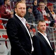 Premiéra provizorního dua. Trenérská dvojice Marek Malík (vlevo) a René Mucha během své včerejší premiéry na střídačce třineckých Ocelářů, která skončila porážkou 2:3 v prodloužení s lídrem extraligy z Liberce.