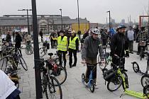 Cyklojízda Ostravou. Cyklisté všech věkových kategorií vyjeli z náměstí biskupa Bruna v Nové Karolině.