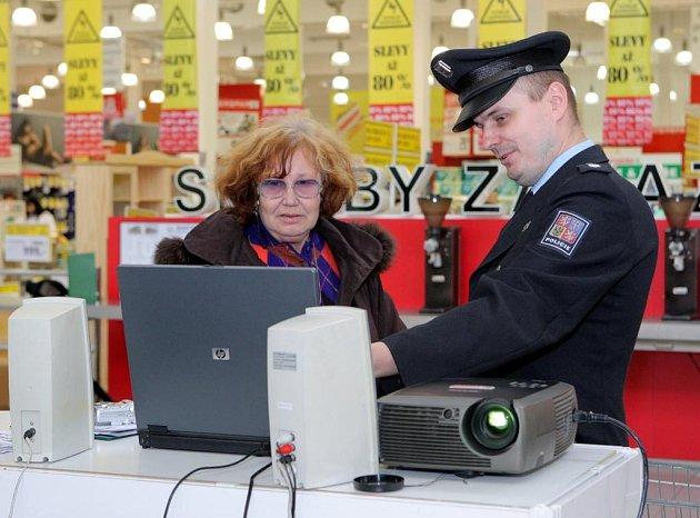 Policisté předvedli zákazníkům hypermarketu, jak snadno je může zloděj okrást