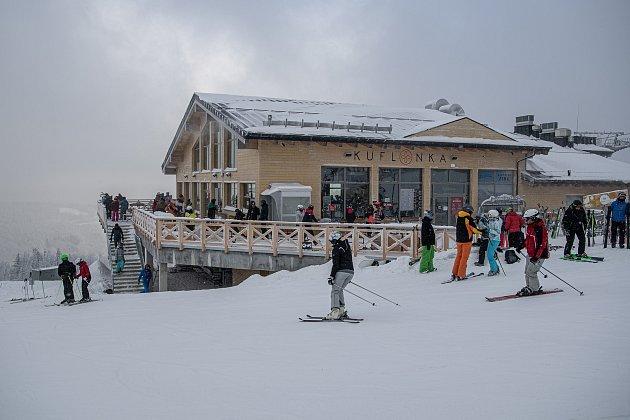 Lyžařská resort Szczyrk Mountain Resort, 12.února 2021vSzczyrk, Polsko. Od 12.února budou vPolsku somezenou kapacitou po dobu dvou týdnů podmíněně otevřeny hotely, kina, divadla, filharmonické sály a opery, bazény a sjezdovky.