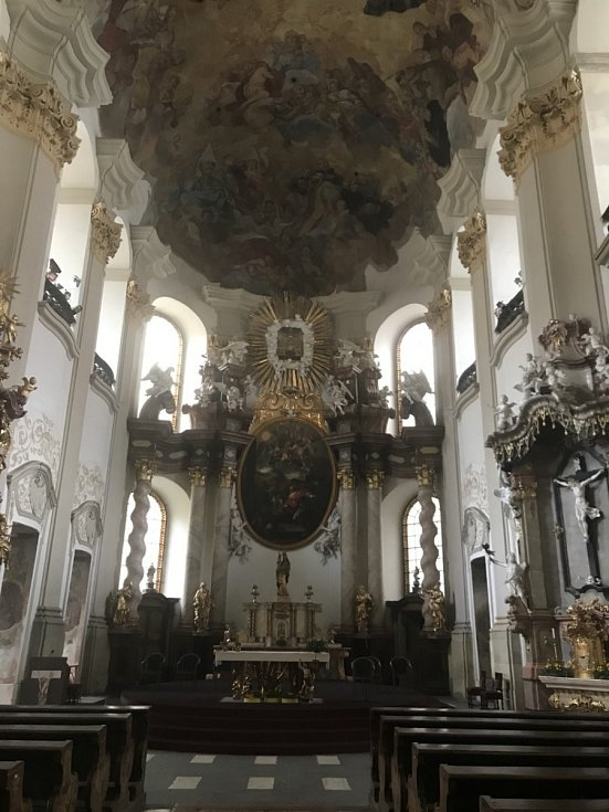 Interiér barokní kostela Panny Marie Sněžné.