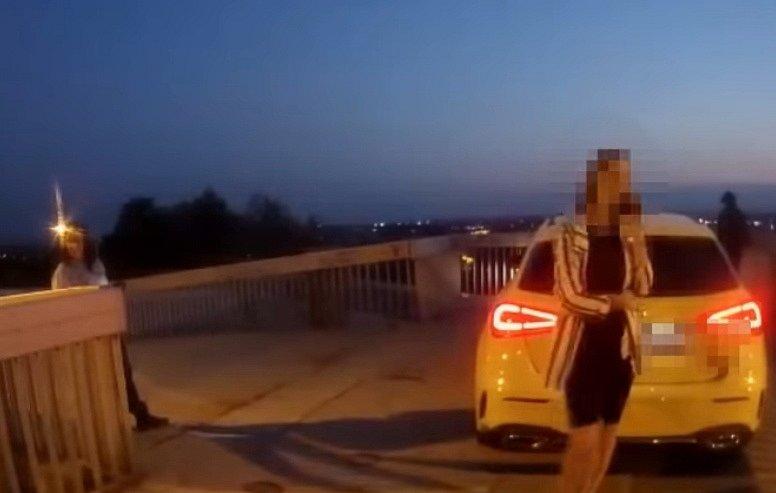 Řidička v Ostravě najela vozem na lávka pro pěší.