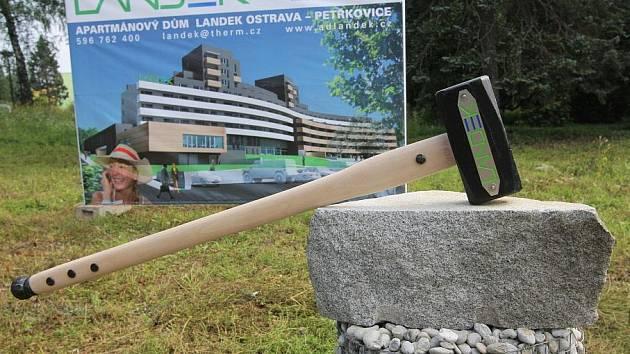 Slavnostní poklepání na základní kámen Apartmánového domu Landek v Ostravě-Petřkovicích.