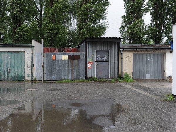ČERNÁ STAVBA? Trnem voku je některým obyvatelům Vítkovic plechová bouda vsousedním garážišti.