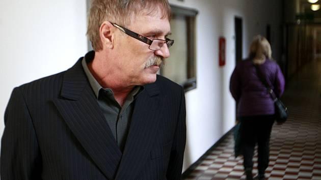 Jan Šťavík na chodbě ostravského krajského soudu.