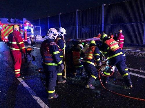 Zásah hasičů u dopravní nehody na dálnici.