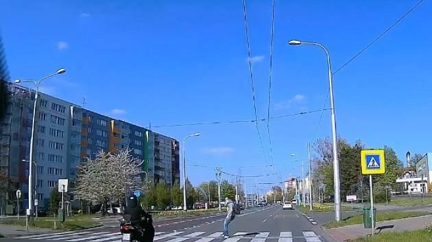 Video, ze kterého mrazí, zveřejnil ve středu večer ve facebookové skupině Ostrava uživatel Ondra Špaňhel.