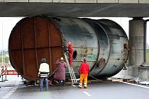 Dálnici D1 ve směru z Ostravy na Polsko zablokoval nadměrný náklad, který v úterý v noci narazil do mostní konstrukce.