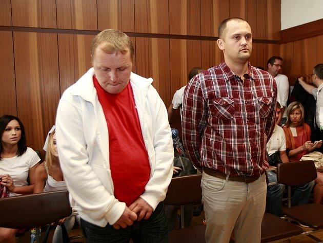 Vlevo Marek Ženíšek, vpravo Petr Hlava u krajského soudu v Ostravě při vyhlášení rozsudku.