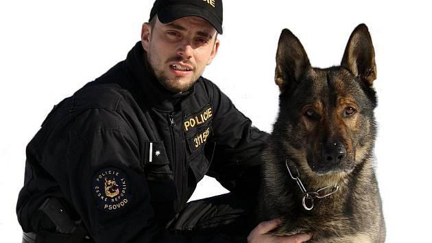 Úspěšnou službu mají za sebou psovod Skupiny základních kynologických činností Ostrava, podpraporčík Martin Lank, a jeho psí pomocník Ikar.