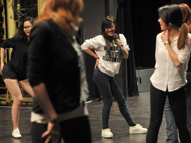 Nácvik taneční choreografie Korean popu v Domě kultury města Ostravy.