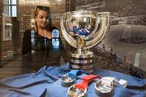 Ve foyer ostravské Nové radnice je od středy vystaven pohár pro mistry světa v ledním hokeji.