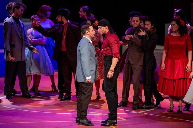 Generální zkouška světového muzikálu West Side Story vDivadle Jiřího Myrona 5.února 2020vOstravě. Herec (vlevo)  Tomáš Savka.