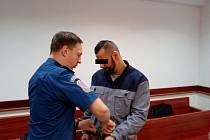 Muž u soudu uvedl, že se jen bránil.