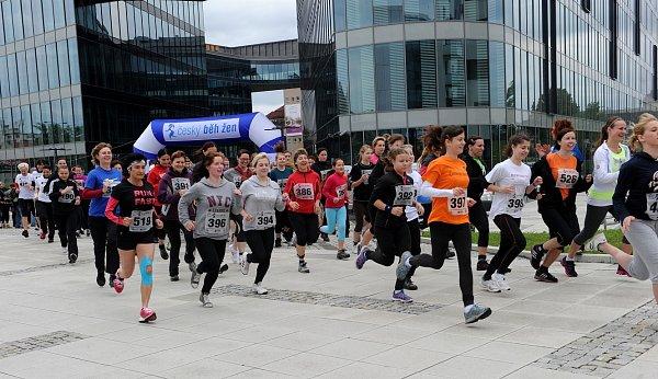 Šest stovek závodnic dorazilo ke startu prvního Českého běhu žen, který se uskutečnil vOstravě uobchodního centra Forum Nová Karolina.
