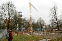 Hřiště a stromy nahradily plot, výkop a jeřáb, do jara přespříštího roku zde bude nový nájemní dům.