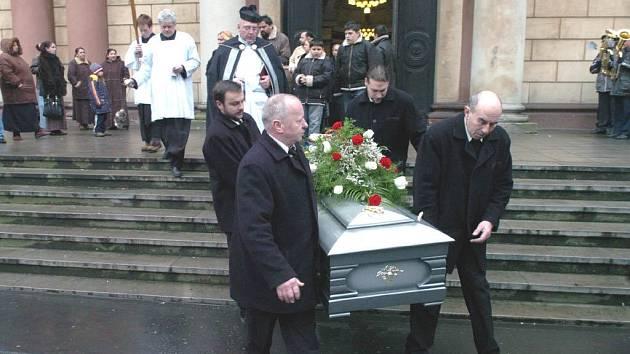 Zemřelá dvaaosmdesátiletá Priška Kudriková byla švagrovou současného krále olašských Romů Jana Lipy a manželkou jeho bratra, který vládl Olachům bývalého Československa.