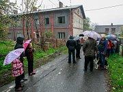 Okolní obyvatelé projevili s prodejem domů (v pozadí) nesouhlas.