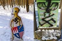 Hákové kříže se objevily na lesní tabuli i surikatí postavičce.