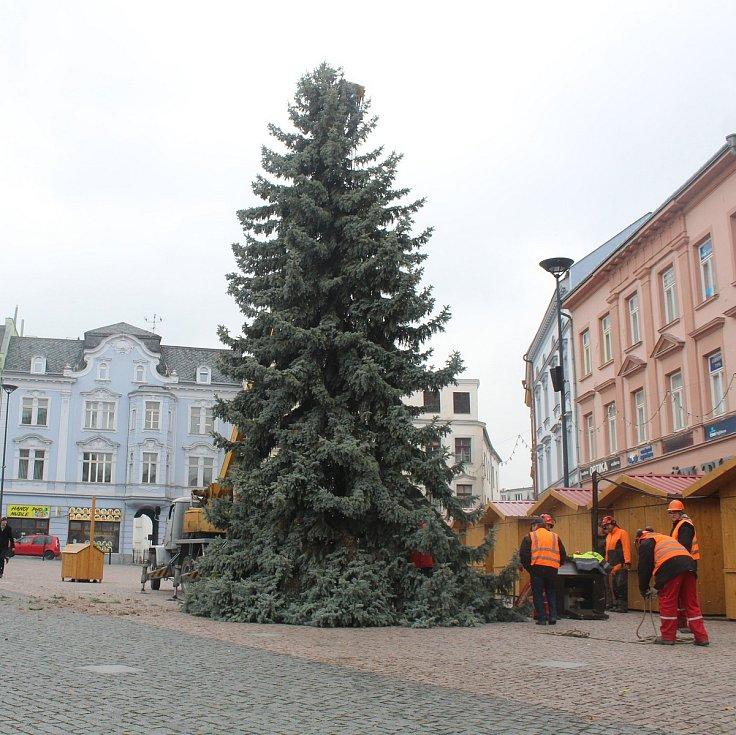 Vánoční strom byl vztyčen na Dolním náměstí v Opavě.