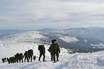 Přespání ve sněhu a lezení po ledu není žádná sranda. Záložáky čekalo náročné cvičení.