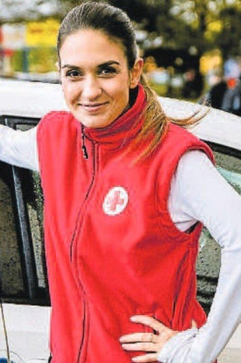 Pohledná herečka Komorní scény Aréna Pavla Dostálová si v seriálu Lajna vyzkoušela roli ošetřovatelky.
