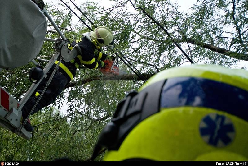 Zásah hasičů při odstraňování následků středeční bouřky v Moravskoslezském kraji.