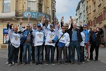Hokejoví fanoušci z různých států v ulicích Ostravy.