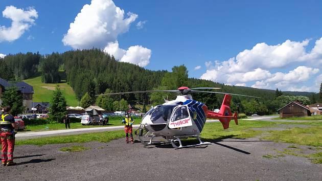 Zákrok zdravotnických záchranářů v Bílé v Beskydech, kde se ve středu 29. července 2020 vážně zranil dětský cyklista po pádu.