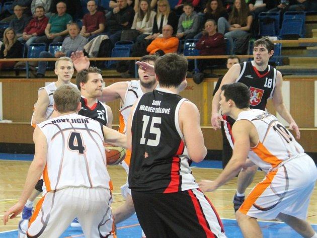 Prvoligoví basketbalisté Nového Jičína (v bílém) se s Hradcem Králové utkali již v základní části. V pátek budou na východě Čech odvracet ukončení čtvrtfinálové série.