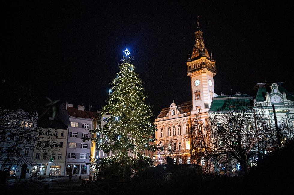 Vánoční strom v Krnově na Hlavním náměstí.