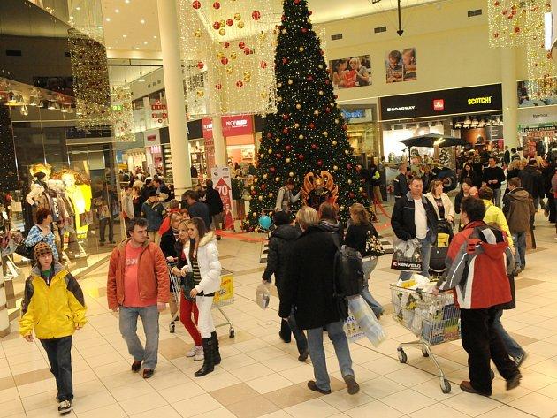 Ostravská nákupní centra zažila o uplynulém, pro mnohé povýplatovém víkendu pořádný nápor. Dárky podle svých představ dokázali nakoupit jen ti nejtrpělivější.