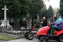 Jiří Modrý a Jaroslav Bartoníček se starají i o památné hroby; jako je ten, kde odpočívá první vítkovický starosta (vlevo).